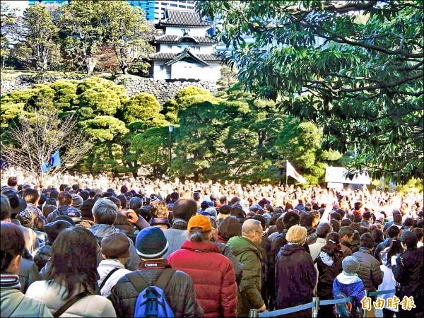 日本皇居2日舉行新年團拜活動,總數超過15萬名民眾入內向明仁天皇夫婦和皇族成員拜年,擠爆皇居。(記者林翠儀攝)