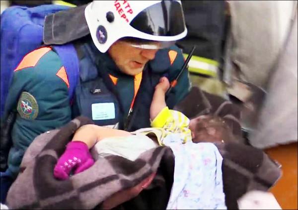 救難人員1日聽見嬰兒哭聲,循聲找到包著毯子、躺在嬰兒床的10個月大男嬰伊凡(Ivan Fokine),緊急將他送醫。(法新社)