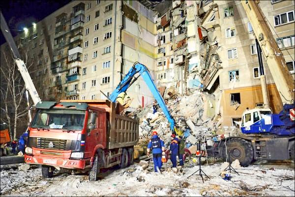 俄羅斯車里雅賓斯克州鋼城(Magnitogorsk)一棟10層樓公寓,去年12月31日清晨發生瓦斯氣爆後坍塌。(路透)