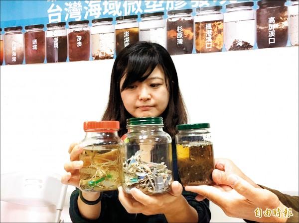 黑潮海洋文教基金會執行長張卉君拿出從台灣各海域所採集的海水樣本。(記者楊綿傑攝)