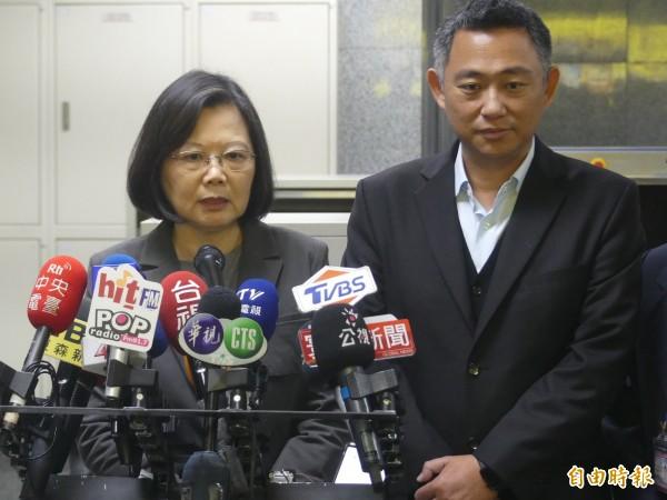 總統蔡英文(左)由金門縣長楊鎮浯(右)陪同,在金門機場再一次呼籲中國應將防疫資訊公開。(記者吳正庭攝)