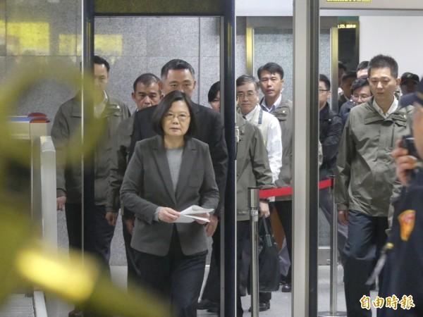 總統蔡英文(左前一)在金門機場了解旅客攜帶物品通關的路徑。(記者吳正庭攝)