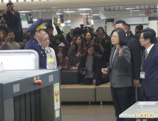 總統蔡英文(前右二)在金門機場詢問金門航警所長林俊男(前左一)有關行李檢查事項。(記者吳正庭攝)