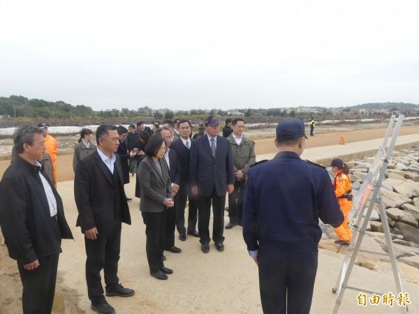 總統蔡英文(左三)在金門縣長楊鎮浯(左二)陪同下,前往后豐港聽取岸巡隊簡報。(記者吳正庭攝)