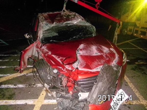 肇事休旅車車頭全毀。(記者王宣晴翻攝)