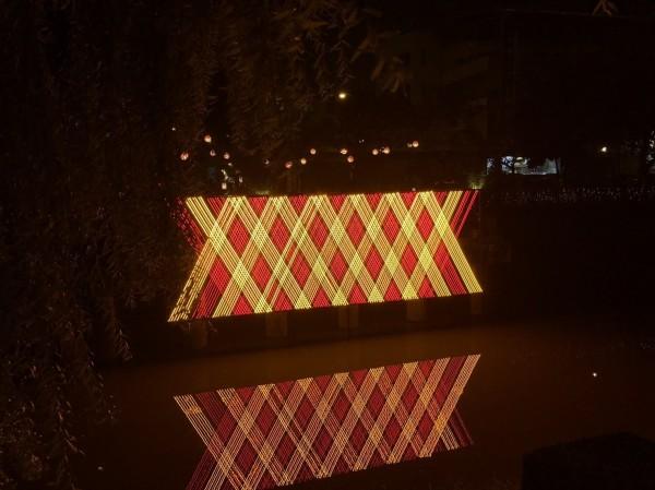 彩燈與水中倒影相映成趣。(屏東縣政府提供)