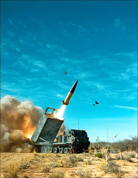 美國洛克希德馬丁公司研製的MGM-140陸軍戰術飛彈系統(ATACMS),2006年從一輛M270多管火箭系統(MLRS)發射。ATACMS除可從MLRS發射外,還能以M142高機動性多管火箭系統(HIMARS)發射。ATACMS在戰場上初試啼聲,可溯及1991年「沙漠風暴行動」期間。(取自維基百科)