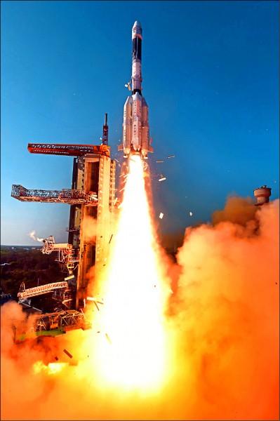 印度計畫為五個南亞鄰國興建大型衛星地面接收站等設施,以抗衡中國的區域影響力。圖為印度太空研究組織(ISRO)二○一七年五月以地球同步軌道衛星運載火箭(GSLV-F09) 發射「南亞衛星」(GSAT-9)升空。 (歐新社檔案照)