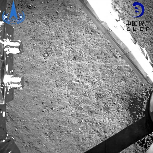中國國家航天局三日發佈嫦娥四號在月球背面拍攝的照片。(法新社)
