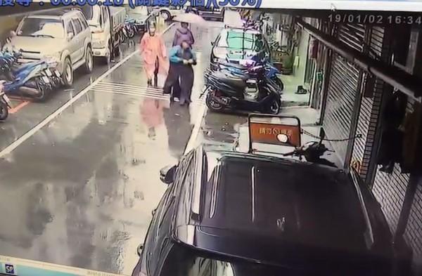 雙煞侵入新北市樹林民宅蹂躪母女達6小時,警方今逮獲涉案外勞范湯泰(紅衣者)。(記者吳仁捷翻攝)