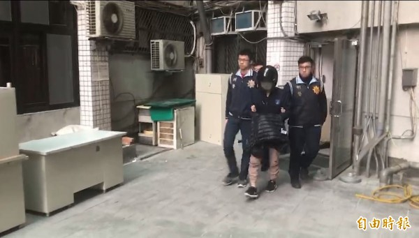 樹林警分局押解涉及強盜案的外勞(中)。 (記者吳仁捷攝)