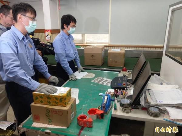 中華郵政來自疫區包裹,都會經過X光檢查。(記者鄭瑋奇攝)