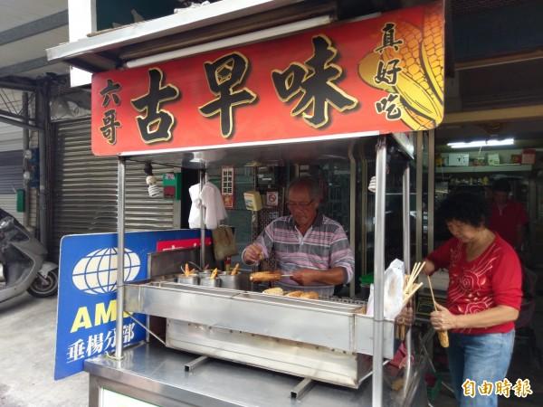 老闆吳天六(左)賣烤玉米已逾30年。(記者王善嬿攝)