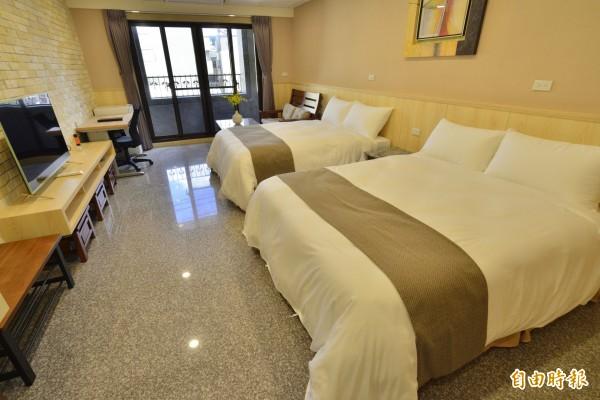 四季行館定調為「類飯店民宿」,房內裝潢主打工業風。(記者許倬勛攝)