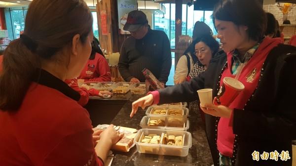 農委會禁止金門豬肉製品銷台,對觀光特產業造成衝擊,不少觀光客對於金門貢糖詢問度很高。(記者吳正庭攝)