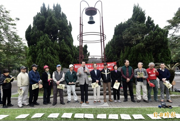 律師林憲同(灰西裝發言者)等台大校友今日在台灣大學傅鐘廣場舉辦記者會,請求台大暨教育部停止辦理台大校長交接。(記者簡榮豐攝)