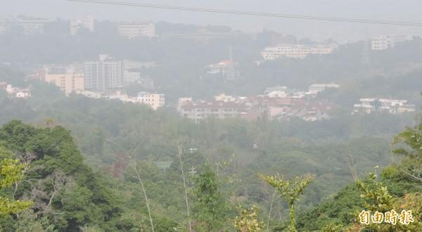 彰化縣的八卦山區,也呈現一片霧霾景象。(記者林良哲攝)
