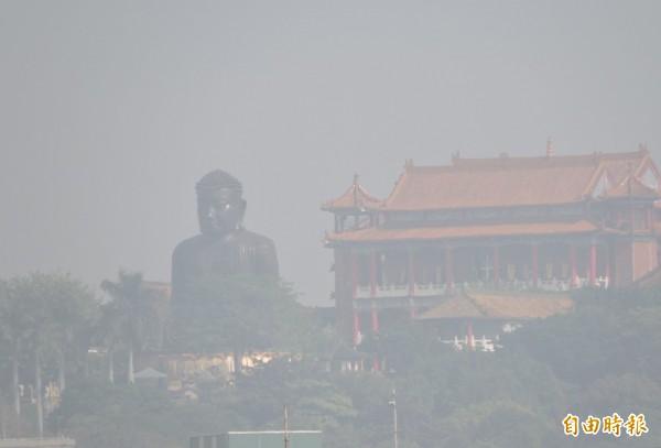 彰化八卦山大佛被霧霾包圍,呈現一片朦朧景象。(記者林良哲攝)