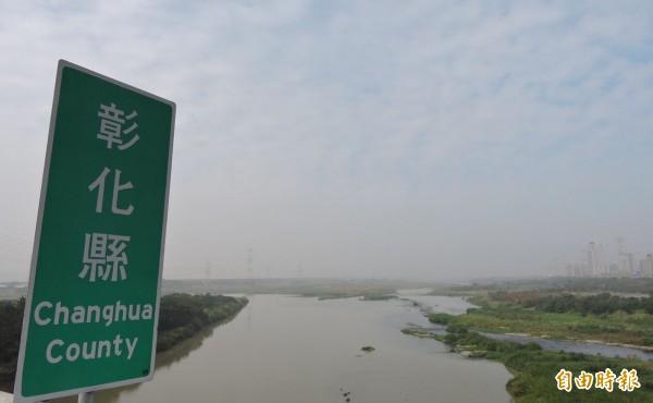 台中、彰化交界的大肚溪往和美、線西方向看去,只是一片霧霾,連矗立在河道上的高壓輸電塔也快要看不見了。(記者林良哲攝)