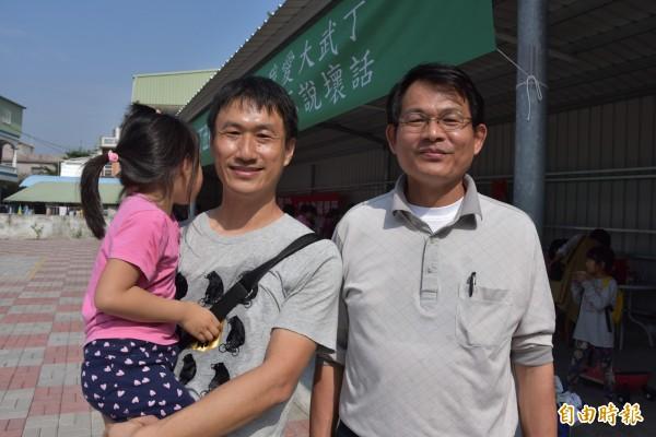 建興國小林政男老師(左)捐地,退休老師謝盈進協助組織志工(記者葉永騫攝)