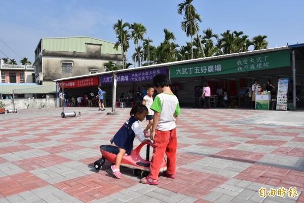 佳冬大武丁五好廣場啟用,村民帶著小朋友快樂遊玩(記者葉永騫攝)