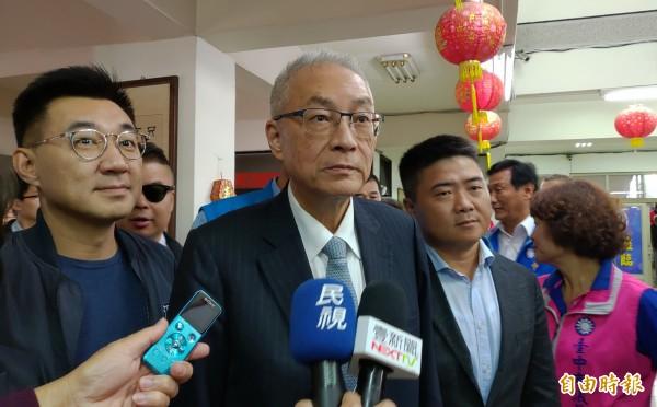 國民黨主席吳敦義(中)認為總統蔡英文不提「九二共識」是漠視歷史事實。(記者張菁雅攝)