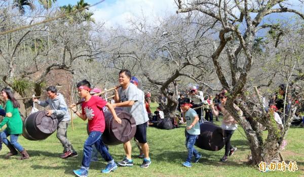 南投縣信義鄉「踏雪尋梅」活動中,親子們參與「抬」橡木桶趣味賽情形。(記者謝介裕攝)
