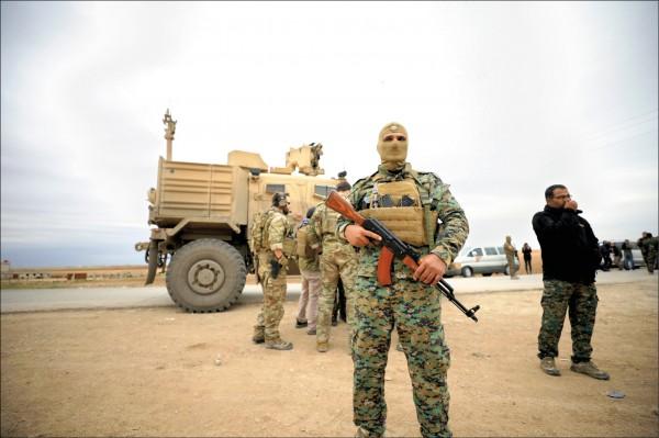 以庫德族為主力的「敘利亞民主力量」(SDF)與美軍部隊去年十一月間,在敘利亞與土耳其邊境巡邏。(路透)