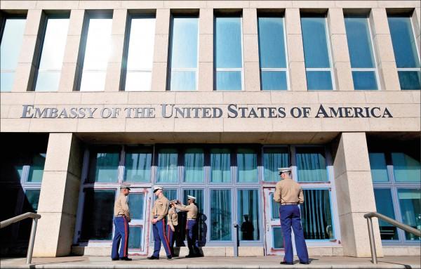 美軍人員在古巴首都哈瓦那的美國大使館外嚴加戒備。(歐新社檔案照)