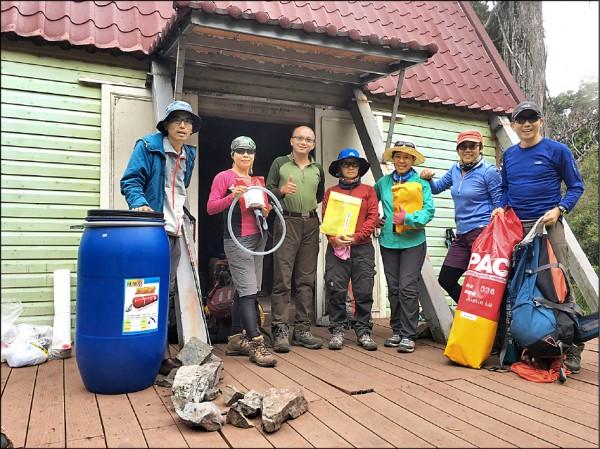 急診專科醫師王士豪(左三)及台灣野外地區緊急救護協會發起送加壓艙上高山計畫。(王士豪提供)