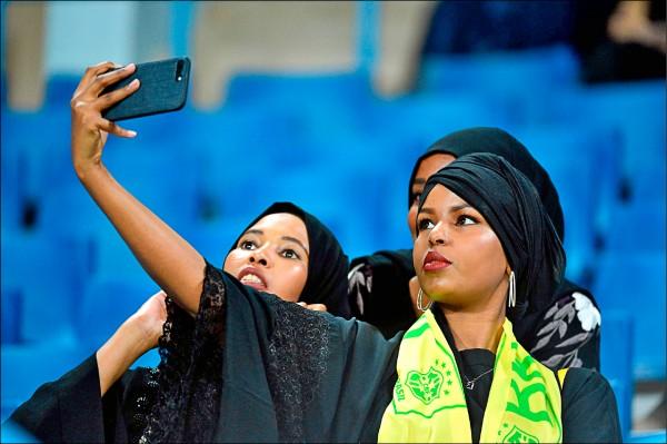 沙烏地法院須告知婦女「被離婚」的義務。圖為沙國女性玩手機自拍。(法新社檔案照)