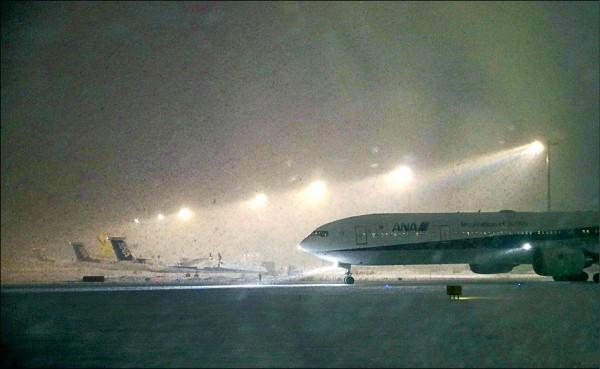 從新千歲機場飛往東京羽田、大阪關西機場的航班,6日及7日的班機已全部客滿。(路透)