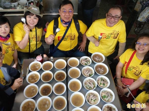 「愛吃天團」,透過共食概念,團員只需分攤幾百元,一天就能嘗遍30、40種小吃。(記者方志賢攝)