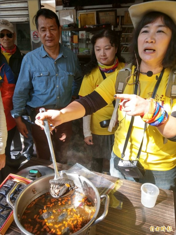 「愛吃天團」團員分享龜鹿二仙膠雞湯。(記者方志賢攝)