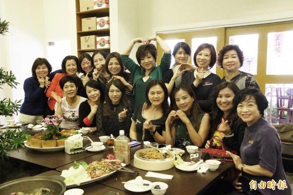 許多女士喜歡到東來寶喝不老烏骨雞湯。(記者林宜樟攝)