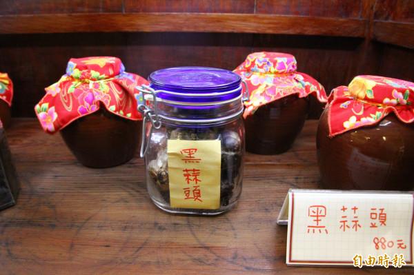 東來寶養生坊販售黑蒜頭。(記者林宜樟攝)