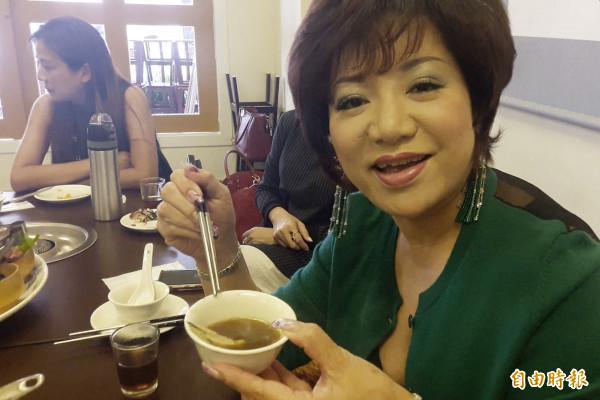 女性顧客讚賞東來寶不老烏骨雞湯。(記者林宜樟攝)