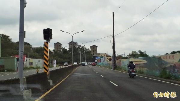 新竹縣新埔鎮118號縣道(文山路)亞東段,因近年發生數起死亡車禍,警方最近在高鐵橋下新設一支固定式雷達測速照相桿,希望提醒用路人減速慢行,降低肇事率。(記者廖雪茹攝)