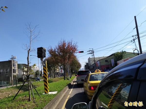 台1線竹北市中華路與鳳岡路口的一支固定照相桿覆蓋黑布,被民眾戲稱「瞎了」!警方表示,已汰換成雷達測速,預計本月下旬啟用。(記者廖雪茹攝)