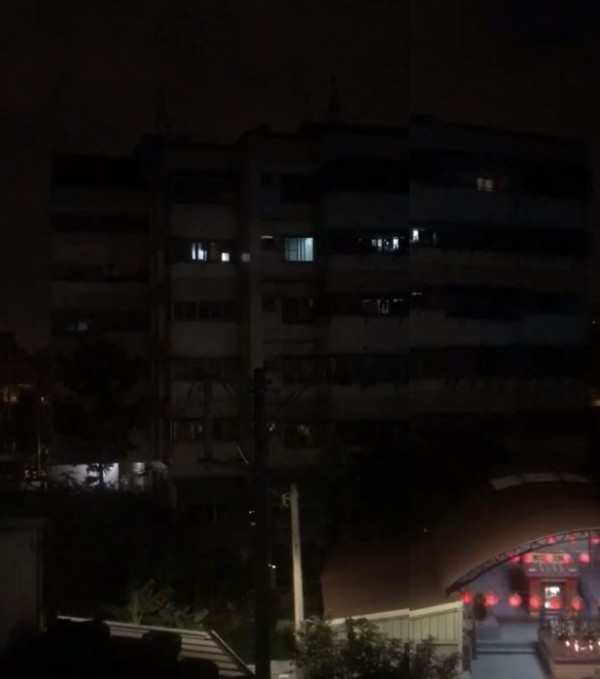 1名女子在夜深人靜時性愛發出巨大聲響讓住戶睡不著。(圖擷取自爆笑公社)