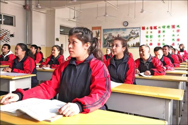 中共喉舌《環球時報》報導,中國政府將實施「中國化」伊斯蘭教的措施,使其與社會主義相容。圖為新疆喀什市民眾4日在一所職業教育中心學習漢文,當時有政府官員來訪。(路透)