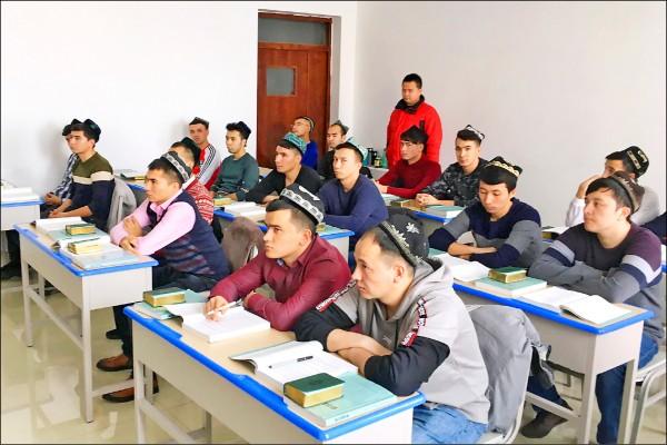 中國政府三日首次開放部分外國媒體參訪新疆「再教育營」,並對外聲稱打擊極端主義思想取得進展。(路透)