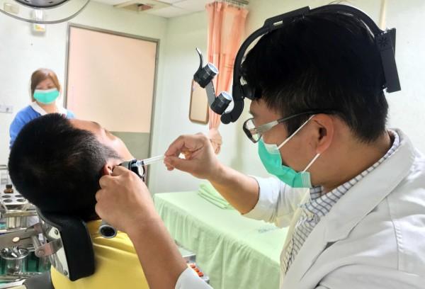 衛福部南投醫院醫師檢查病友耳朵情形。示意圖,非新聞事件當事人。(記者謝介裕翻攝)