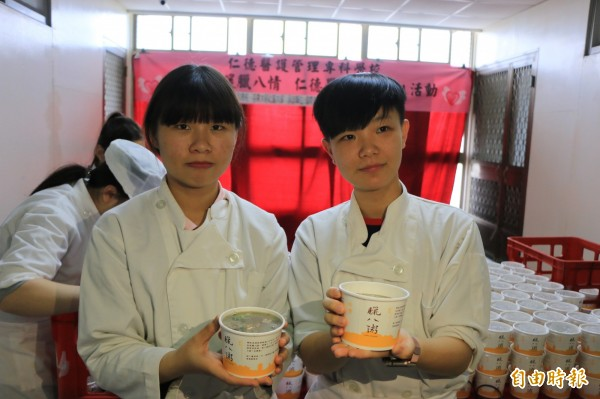 學生表示,看到熱騰騰的粥送到長輩手中,覺得很有成就感,也希望吃到的人都可以感到暖心又暖胃。(記者鄭名翔攝)