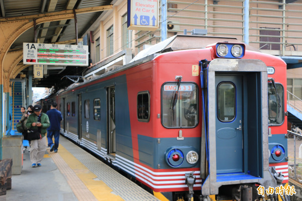 台鐵將EMU500型區間號列車,從原本銀色相間的車體彩繪成墨綠、橘紅及白色相間的日式風格,相當吸睛。(記者鄭名翔攝)