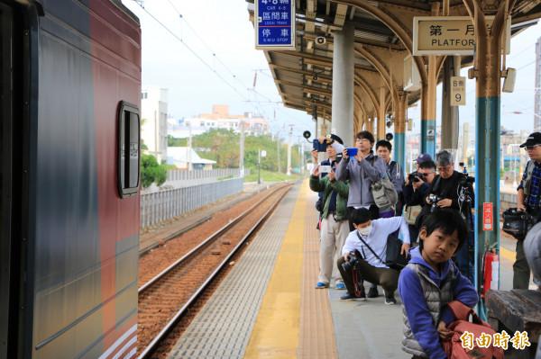 彩繪列車抵達竹南站就吸引許多鐵道迷猛按快門搶拍。(記者鄭名翔攝)