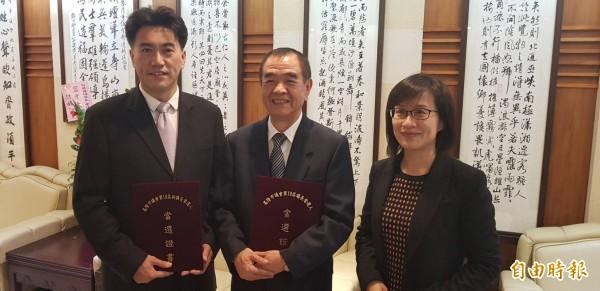 基隆市議長蔡旺璉(中)、副議長林沛祥(左),今天下午兩人接下內政部送來的當選證書,會後與內政部專員合影留念。(記者俞肇福攝)