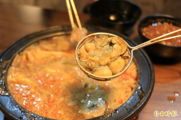 產地直送鮮蚵,在高湯內輕涮15秒後即可入口,Q彈吃到新鮮味。(記者鄭名翔攝)