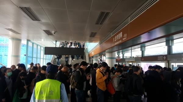 台北捷運板南線今早傳出行駛出狀況,上班時間忠孝復興站文湖線往南港展覽館方向月台擠滿人潮。(民眾提供)