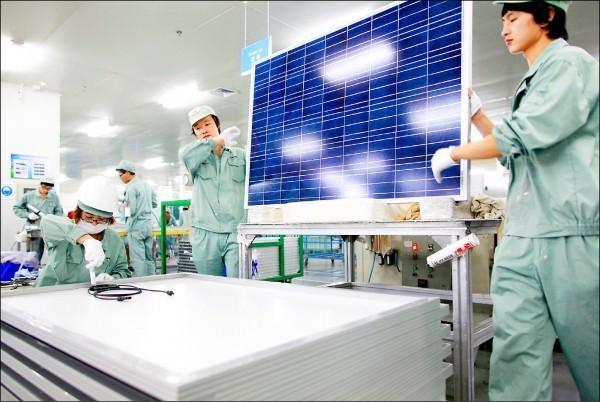 貿易局拍板自21日起,包括太陽能電池及未製成模組的電池產品,均需檢附產地證明,否則不得進口。(彭博)